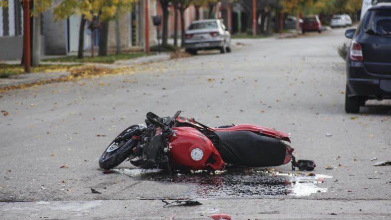 Chocó contra una moto y terminó adentro de una casa