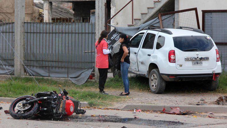 La Duster se metió en una casa luego del violento choque con la moto.