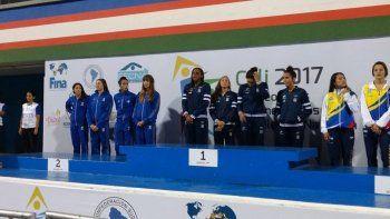 Cantera, en el podio de la posta junto al resto de la selección argentina.