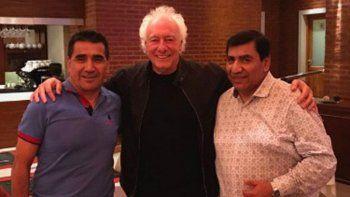Coppola en el centro de la escena, junto a los hermanos Rioseco, en su visita a Cutral Co, que quiere traer la Copa Argentina a la Patagonia.