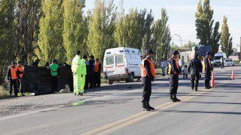 La Policía provincial montó un espectacular despliegue, que incluyó una lona negra, para impedir que se tomaran fotografías del traslado del cuerpo.