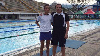 Lola junto al profe García en el natatorio de Cali, Colombia.