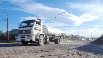 La actividad de los camiones regadores resulta vital para evitar que se levante la polvareda de las calles.