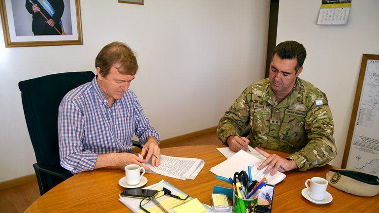 Tortoriello firmó ayer la contratación de máquinas para mejorar el basural.