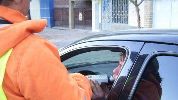 Inspectores municipales realizan los test de alcoholemia en la ciudad.