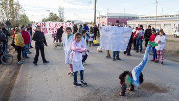 Los papás, junto con los chicos, cortaron ayer el tránsito en la Circunvalación Arturo Illia, frente a la Escuela 366.