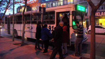 La joven se sintió mareada en un colectivo urbano y se bajó en la plaza para pedir ayuda.