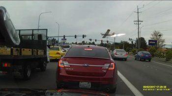 Mirá cómo una avioneta se estrella en medio de una ruta