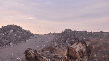 El actual basural público está saturado y, con mucho esfuerzo, se siguen llevando descargas de desperdicios.