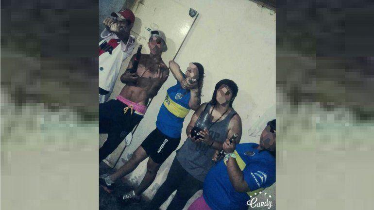 Muestran en Facebook fotos de sus pequeños hijos manipulando armas de fuego