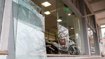 destruyo una vidriera en el centro y se robo una moto