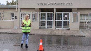Mónica Gerbaldo, la directora de la Escuela 293, ordena el tránsito durante el ingreso del turno mañana.