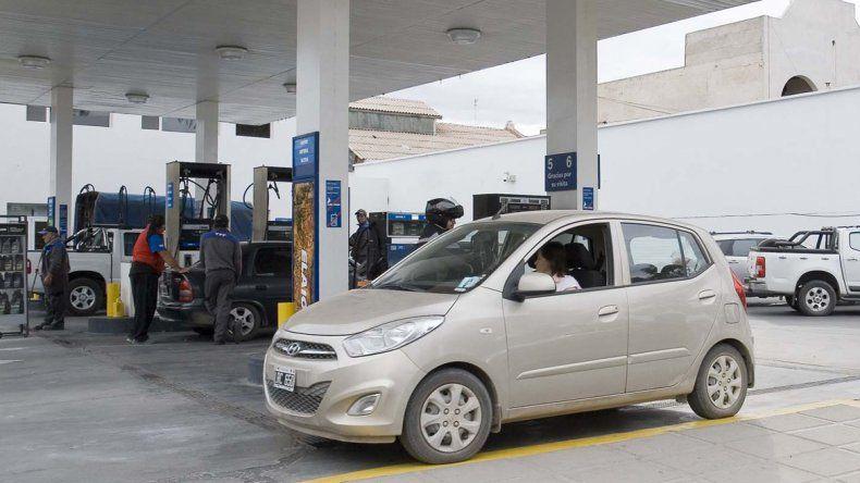 Largas filas para cargar nafta barata en Cipolletti