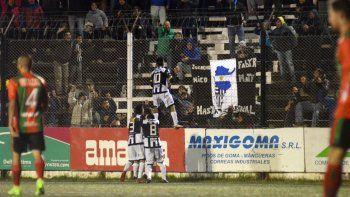 Del Prete desató la euforia de los hinchas que se le animaron al frío y festejó el gol colgado del alambrado.