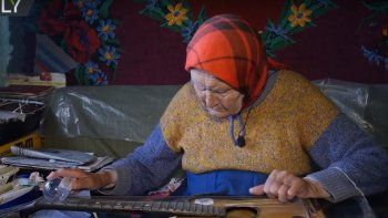 conoce a la abuela que toca la guitarra con un foco de luz