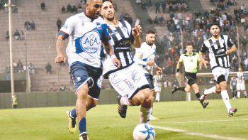 Marcos Lamolla llega al cierre sobre Gustavo Ibáñez en el primer tiempo ante Juventud Antoniana en Salta.
