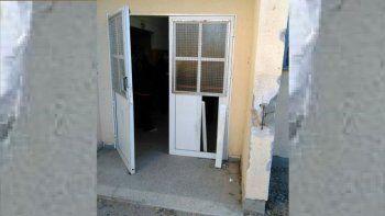 Una puerta terminó con importantes daños tras el ataque.