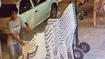 El robo en La Esmeralda e Ituzaingó quedó registrado en las cámaras.