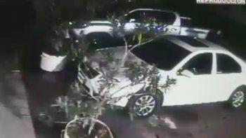 Una filmación escracha a dos ladrones en una Amarok blanca revisando autos abiertos