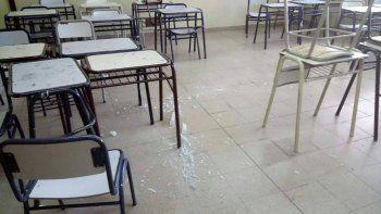 El tubo de luz explotó en el techo de un aula y cayó sobre los bancos.