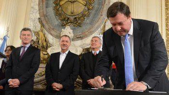 Weretilneck firmó ayer el Acuerdo Federal Minero en la Casa Rosada
