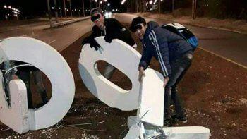 Rompieron las letras del ingreso a Fernández Oro y lo subieron a Facebook.