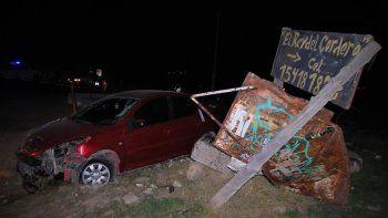 La mujer terminó su alocada fuga en Puente 83, donde perdió el control de su vehículo y terminó destruyendo una garita de colectivo.