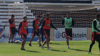 Negri, el ex Cipo, en la práctica de fútbol formal de Gimnasia, previo a subir al colectivo hacia Neuquén.
