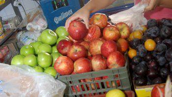 Los pequeños comercios son el último refugio de la fruta valletana.