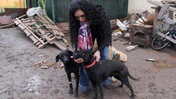 Laura Fuentes pone todo su empeño en alimentar y proteger a los canes que le envían otros proteccionistas mientras les buscan un hogar de adopción.