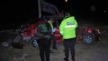 El Peugeot 207 terminó chocando contra una garita de colectivos.