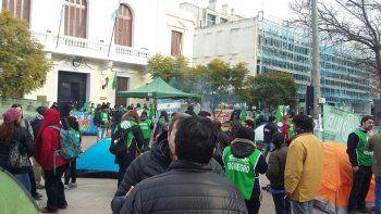 Afiliados a ATE se concentraron frente a la Casa de Gobierno, en Viedma.