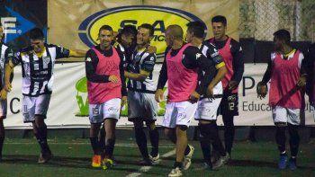El primer gol del Monito y el abrazo de todos sus compañeros.