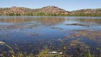 Las aguas del río Negro están muy contaminadas por los vertidos urbanos.