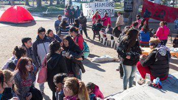 Organizaciones sociales y vecinos se manifestaron en la plaza San Martín.
