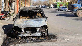 Las llamas envolvieron por completo la parte delantera del taxi.