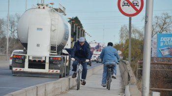 Son muchos los que cruzan el puente en bici un par de veces al día.