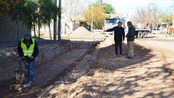 En el barrio Luis Piedrabuena se está ejecutando la primera etapa del cordón cuneta con críticas de los vecinos.