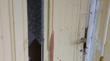 Rompieron la puerta de la casa.