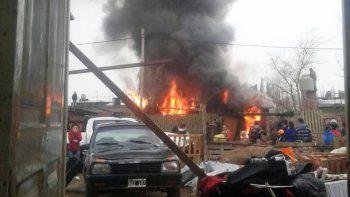 Un voraz incendio en una toma dejó a una familia cipoleña sin nada
