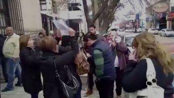 Mujeres escracharon al ex legislador Rúben López
