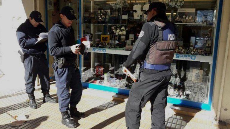 A mano armada, tres ladrones robaron una conocida joyería