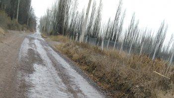 Las calles de ripio de la zona rural y barrios alejados se riegan con agua negra.