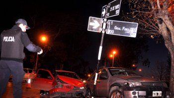 Los autos chocaron y, sin control, terminaron muy cerca de la vereda.
