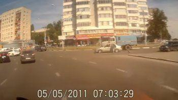 Manejaban por la autopista y se les cayó su bebé del auto