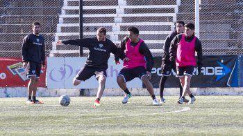 Vilce y Molina disputan el balón y mañana serían parte del once.