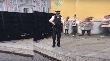 Un policía mostró sus pasos de baile y causó furor