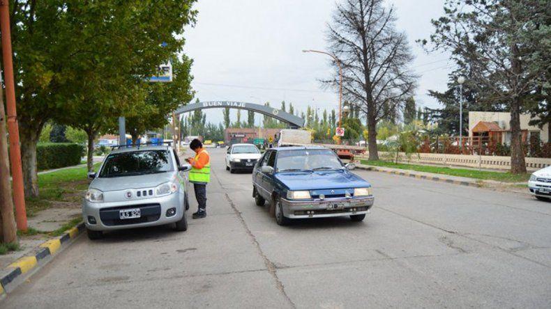 Los inspectores no dejan pasar una para garantizar la seguridad vial.