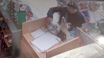 Una mechera quedó grabada por las cámaras de seguridad cuando le robó a comerciante