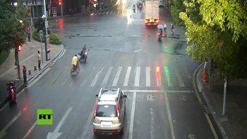 mira el inexplicable accidente entre una moto y una bici